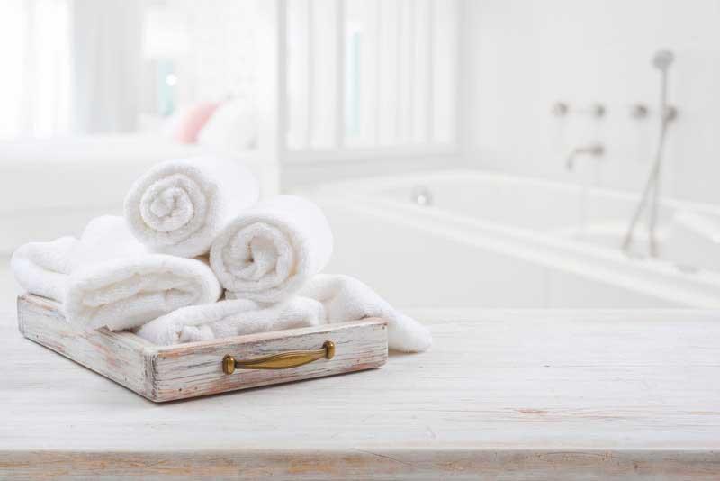 toallas apiladas en el baño